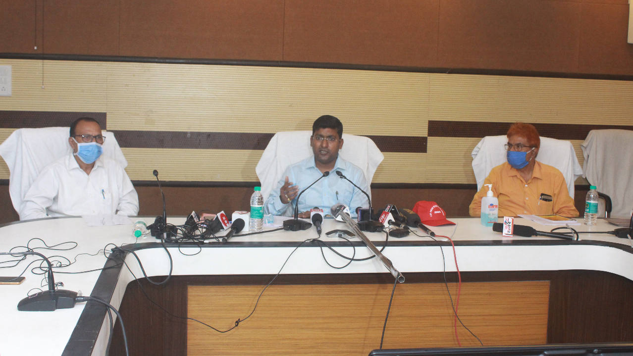 Jharkhand Aids Control Society director Rajiv Ranjan (centre) announcing the fortnight-long blood donation camp in Ranchi on Tuesday.