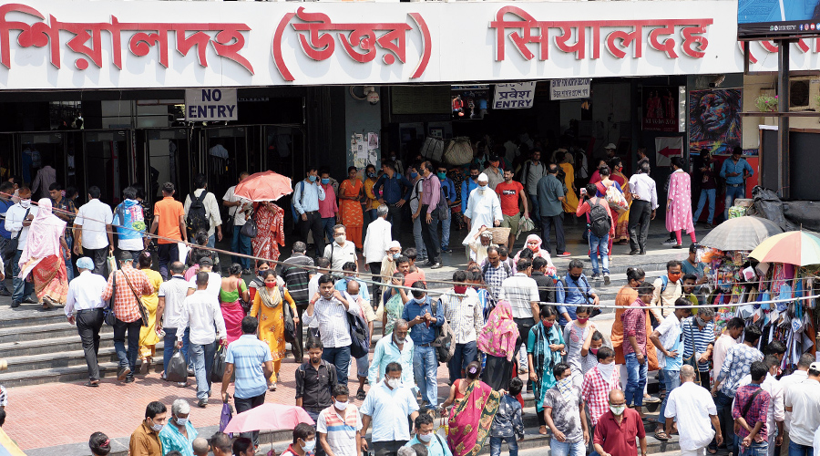 A crowded Sealdah station on Wednesday. Many people in the crowd are not wearing masks.