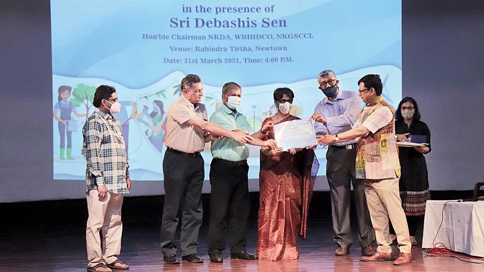 NKDA chief Debashis Sen fetes representatives of gated community winner Uniworld City