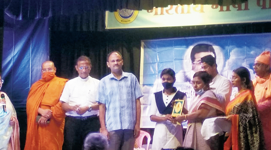Joydeep Roy Memorial Award being handed over to Sudipa Kar by Roy's mother Mitra Roy on Sunday evening.