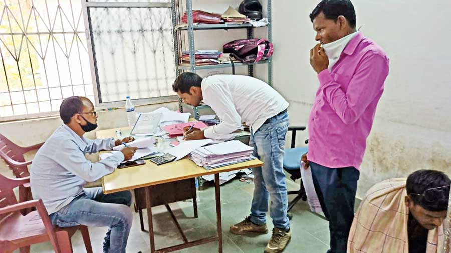 A middleman (centre) captured at the Manika block office in Latehar.