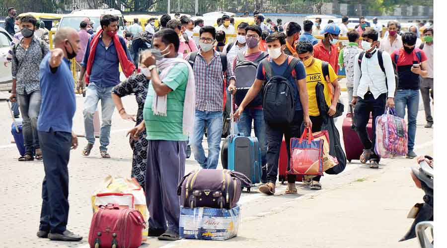 Passengers from Maharashtra outside Ranchi railway station on Friday not following  Covid-19 norms amid the surge in virus cases across  the country