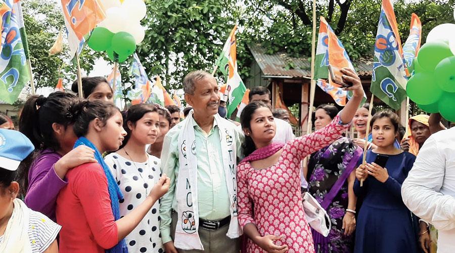 Girls take groupfie with Gautam Deb during his campaign.
