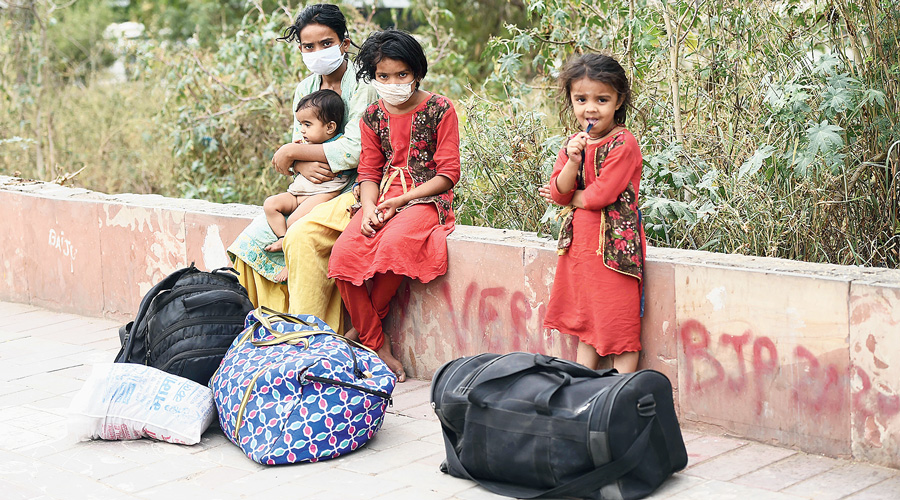 A migrants' family from Bihar at roadside in New Delhi on Tuesday during complete lockdown for six days because of a surge in coronavirus cases.