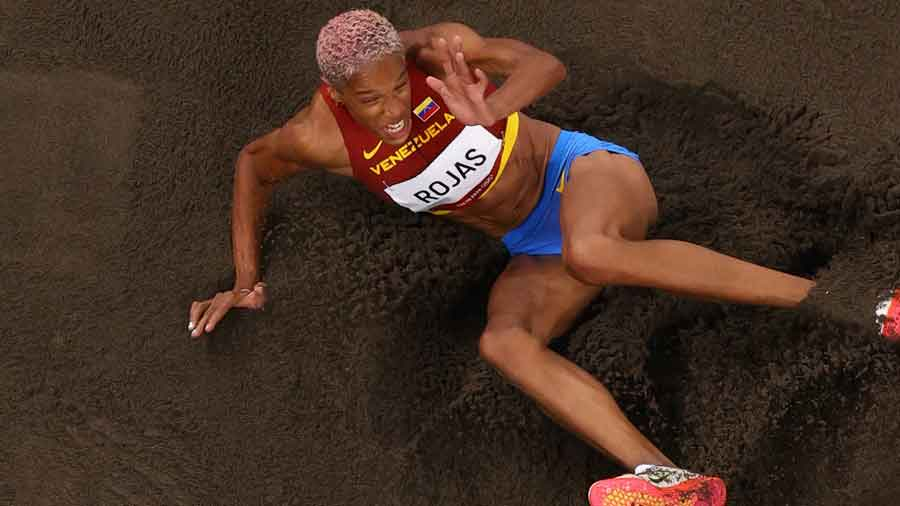 La venezolana Yulimar Rojas, quien batió el récord mundial en la final de triple salto femenino, en acción el domingo.