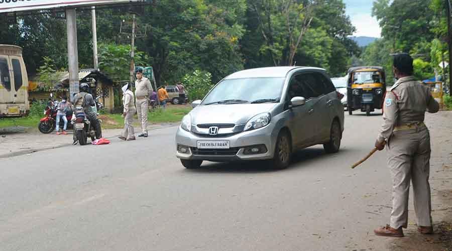 La policía realiza un recorrido de inspección por la carretera de la estación el viernes.