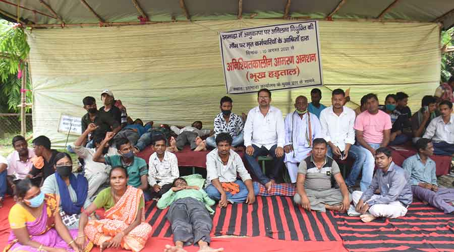 Dependientes de los empleados de JMADA en huelga de hambre indefinida frente a la oficina principal de JMADA en Dhanbad el viernes.