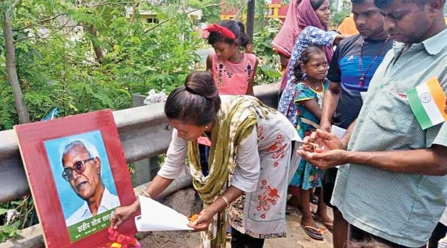 A woman  pays  tribute to Father Stan Swamy at the Adivasi Basti in Green Park,  Kadma, on Sunday\