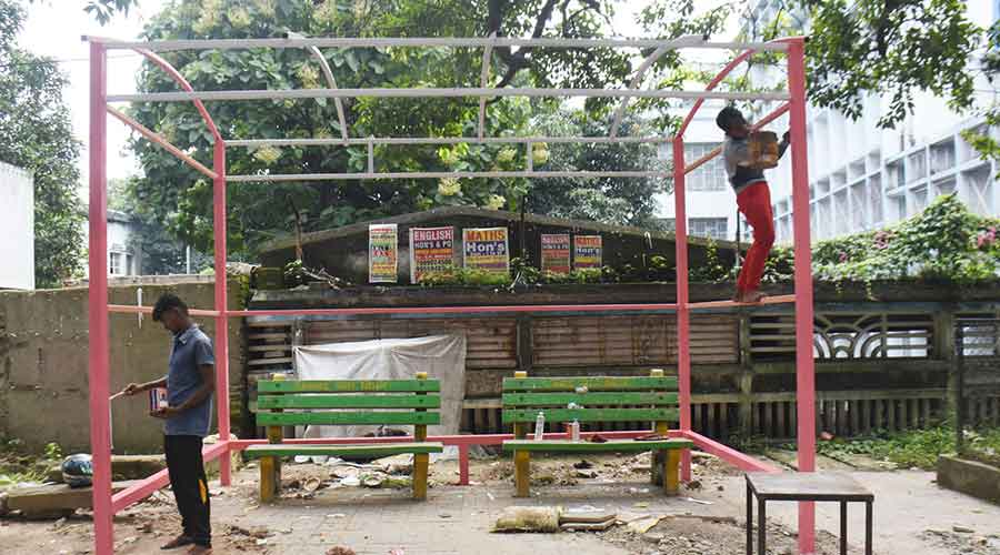 Se está trabajando en un nuevo toldo para el asiento del pasajero cerca del SSLNT Women's College en el Lobby Ring Road en Dhanbad