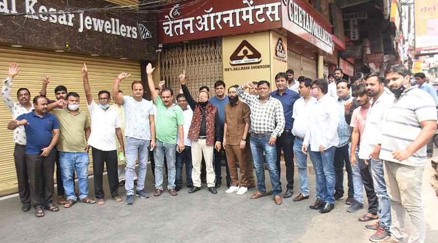 Dueños de joyerías en Dhanbad protestan contra la base de marcado en el mercado Bank Moore en Dhanbad el lunes.