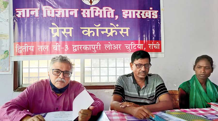 Gyan Vigyan Samiti national secretary Kashi Nath Chatterjee (left) at the press conference at Lowar Chutia  in Ranchi on Tuesday