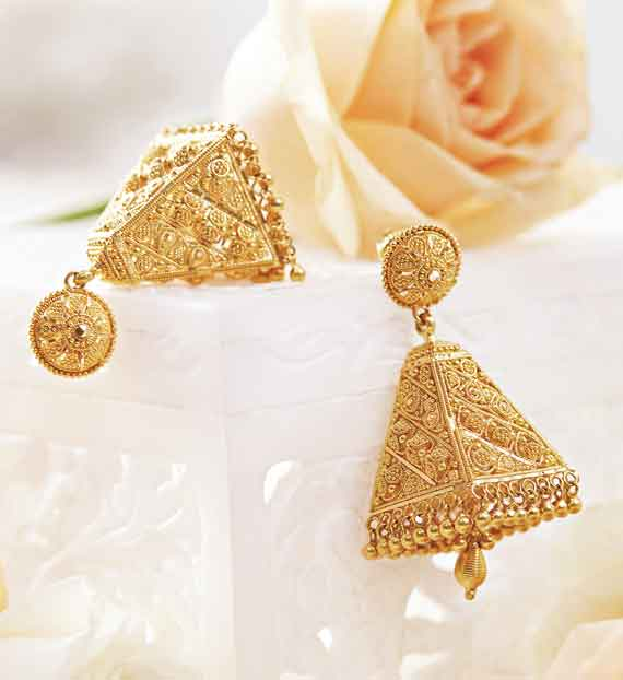 This pair of gold earrings has the appeal of both traditional and contemporary jewellery in its design and is perfect for the simple morning functions on the wedding day. Price on request @Tanishq.