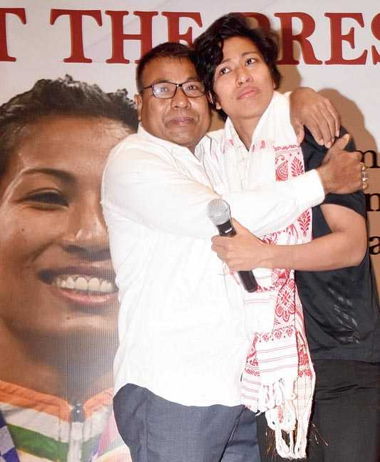 An emotional Lovlina with her father Tiken Borgohain at a felicitation event in Guwahati after she won her bronze medal at the Tokyo Olympics 2020