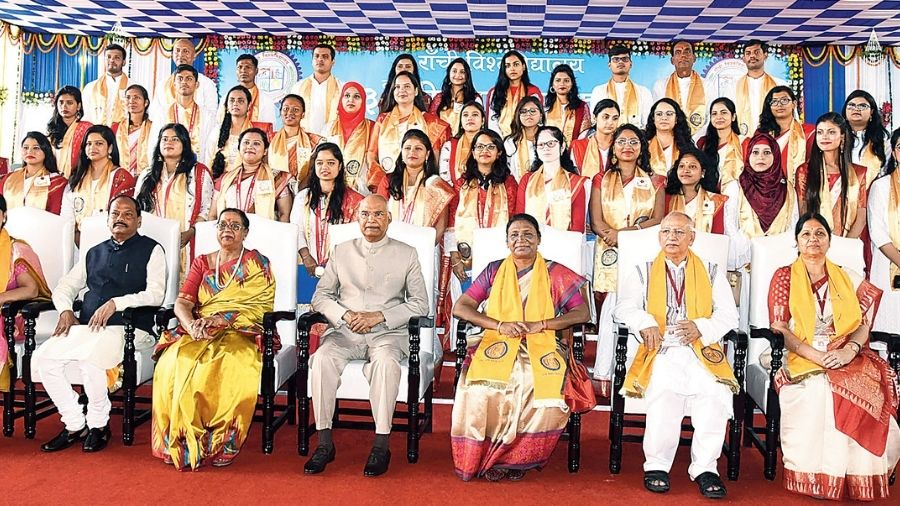 President Ram Nath Kovind, wife Savita (third from left), governor Droupadi Murmu (third from right) and CM Raghubar Das (second from left) with the gold medalists at the 33rd convocation of Ranchi University in 2019.