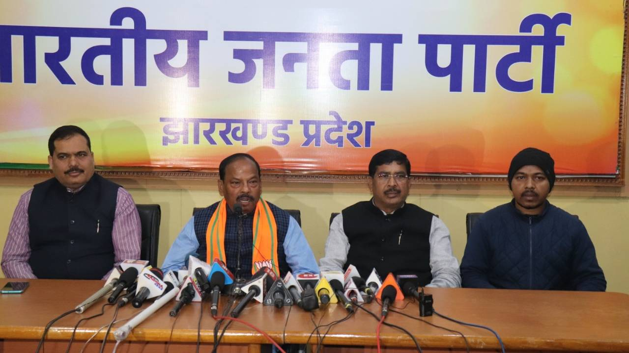 Raghubar Das (second from left) with other BJP leaders during the press conference organised in Ranchi on Monday