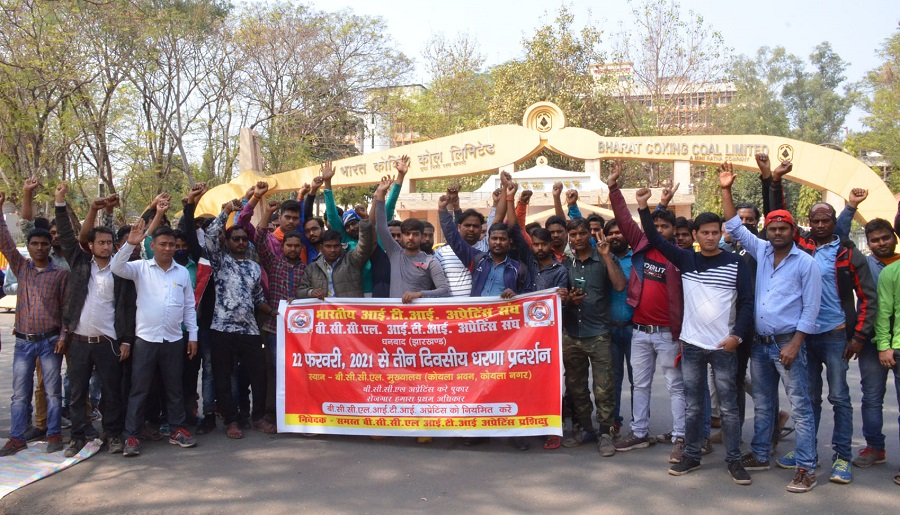 ITI apprentices stage a demonstration near Koyla Bhavan in Dhanbad on Monday.