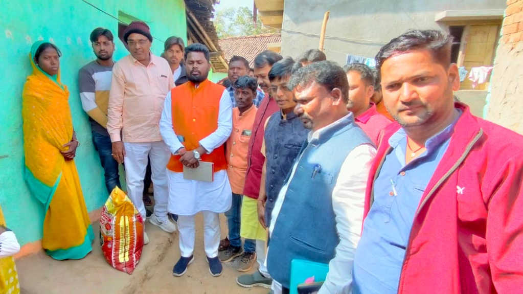 President of the schedule cast wing of BJP, Amar Bauri visited the Passi village where a man died of cold.