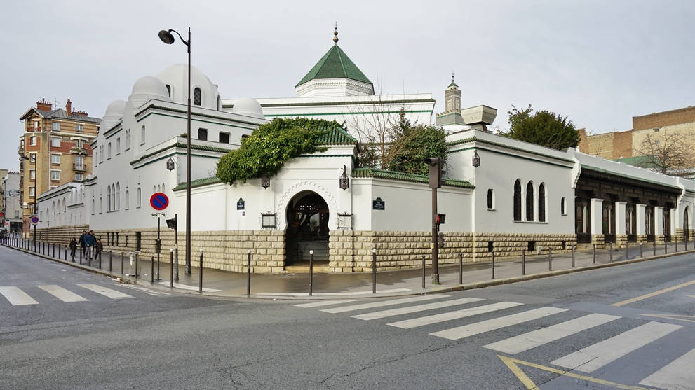 Built in 1926, the Grande Mosquee de Paris (Great Mosque), located in the 5th arrondissement of Paris, is one of the largest mosques in France.