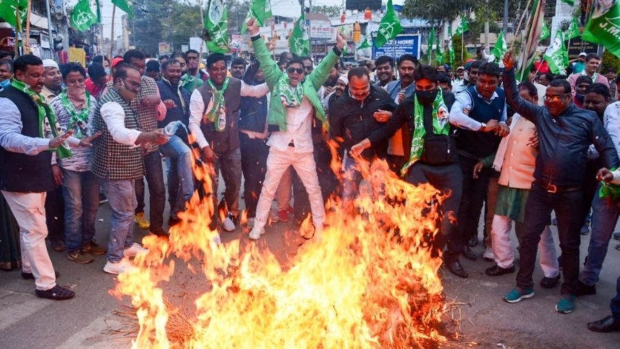 JMM workers burn the effigy of BJP leader Babulal Marandi at Albert Ekka Chowk in Ranchi on Wednesday.