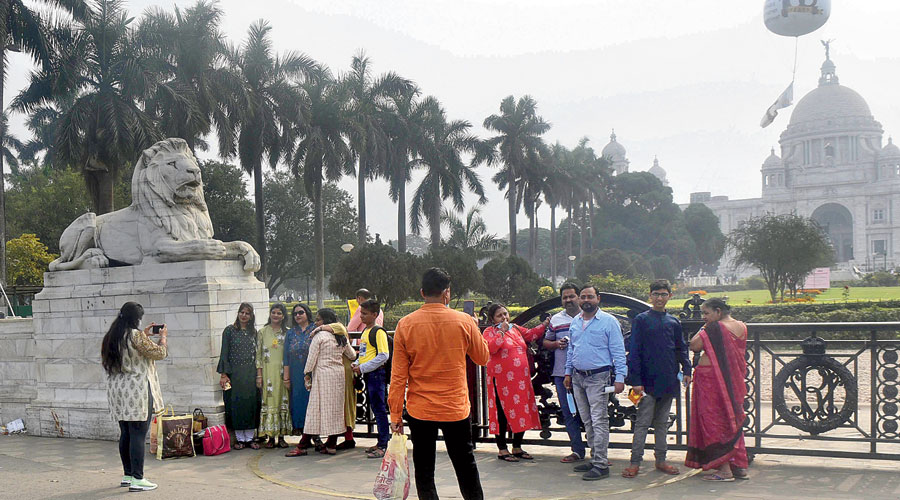Victoria Memorial. At most public places across Calcutta, hundreds of people without masks and violating the physical distancing rule.