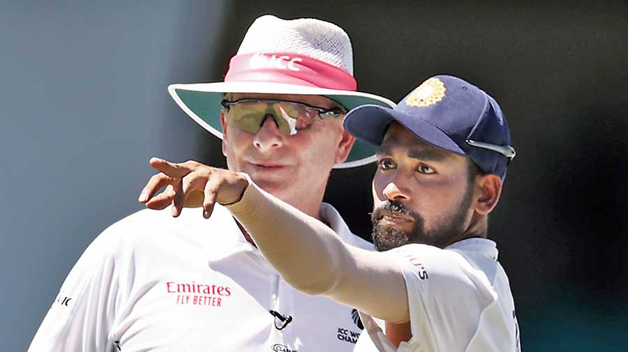 Mohammed Siraj makes a formal complaint to umpire Paul Reiffel.