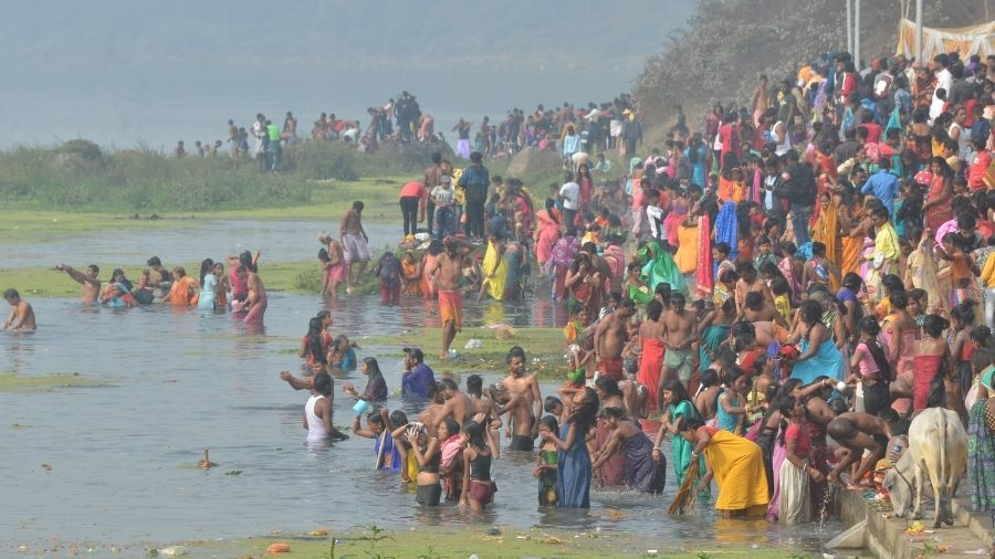 Swarms of devotees gather near the banks of the Damodar river to take a holy dip on the occasion of Makar Sankranti, at Mohalbani Ghat in Dhanbad, on Thursday. The Mohalbani Ghat saw the biggest congregation in the district on the occasion of the harvest festival.
