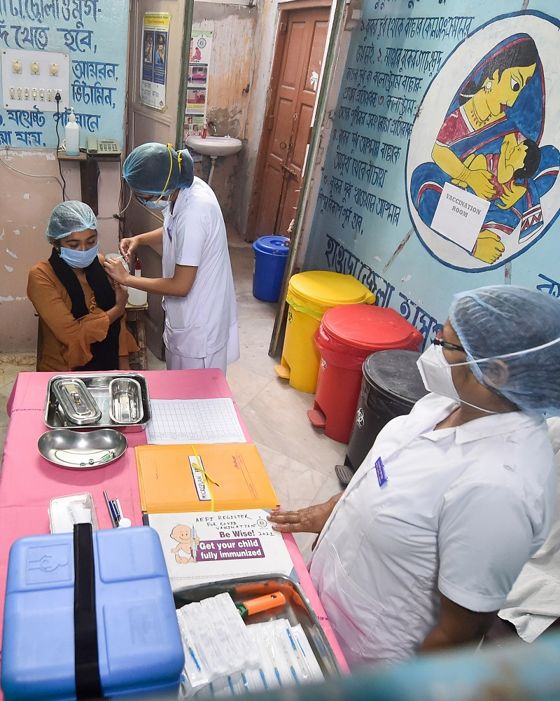 A medic administers the COVID-19 vaccine to a frontline worker, at District Hospital in Howrah on Saturday.