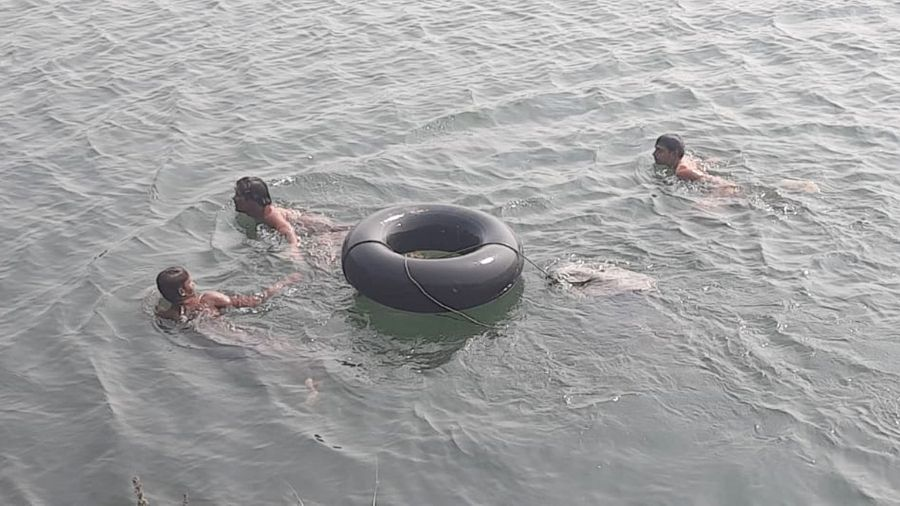 Divers on Thursday fish out the body of Budhan Bhuian, who drowned at a mine pit of the Maheshpur colliery of BCCL in Baghmara a day ago.