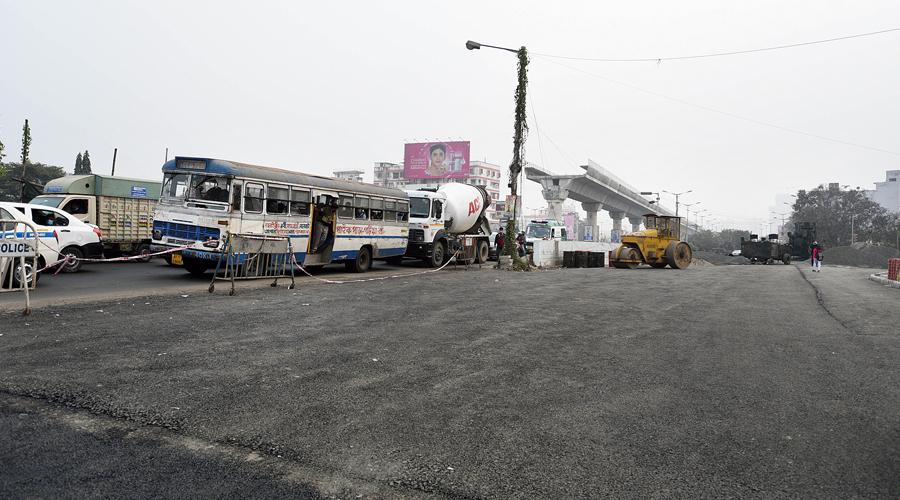 Vehicles from Garia approach the Avishikta crossing on EM Bypass.