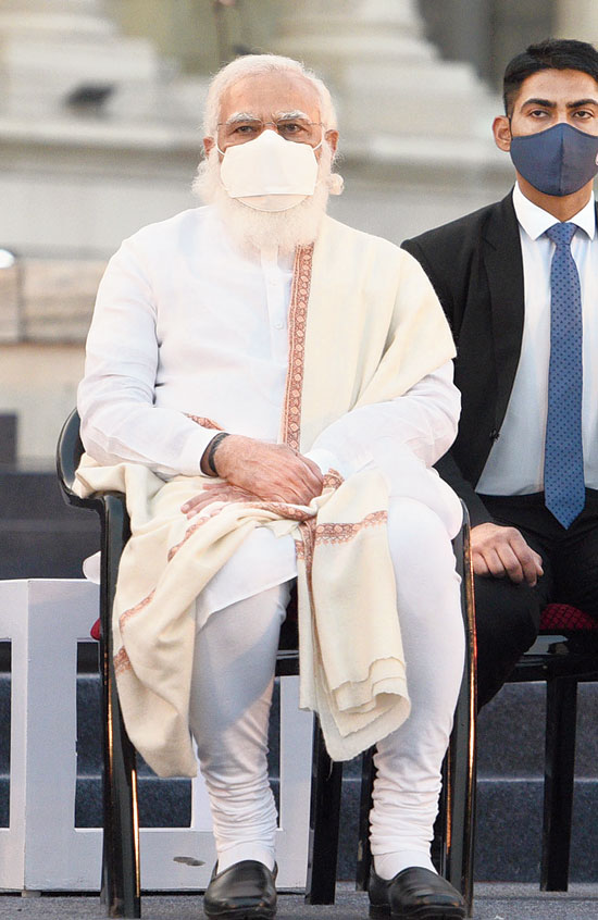 Narendra Modi on the dais at Victoria Memorial. In his speech, Modi uttered not a single word about how a section of the audience had tried to heckle Mamata