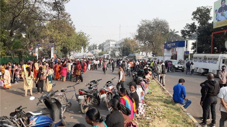Residents of Dhatkidih Medical Bustee set up a blockade of Bistupur Main Road in Jamshedpur on Sunday.