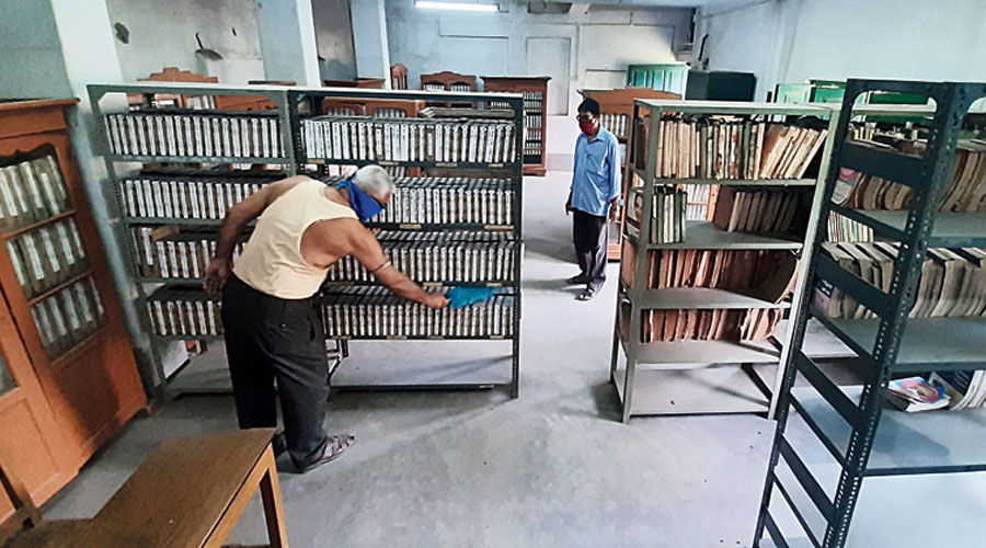 Bengal has a total of 2,480 libraries, which include 13 government-run libraries, 2,460 government-sponsored, and seven state-aided libraries.