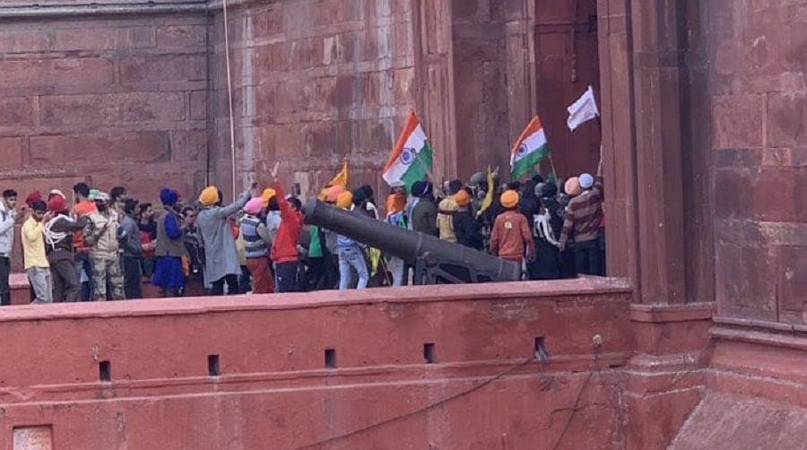 Farmers storm Red Fort, clash with police in Delhi
