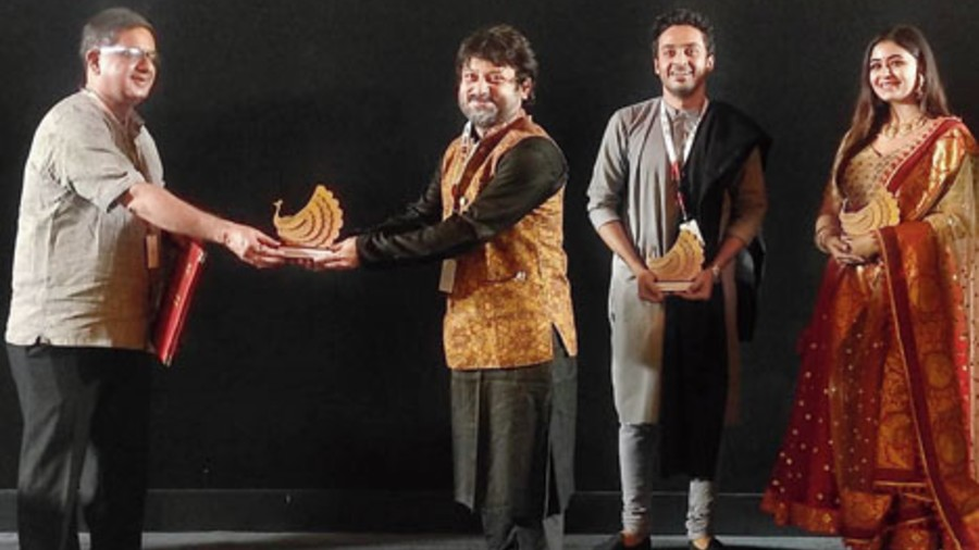 Chaitanya Prasad presents a memento to Shiboprosad