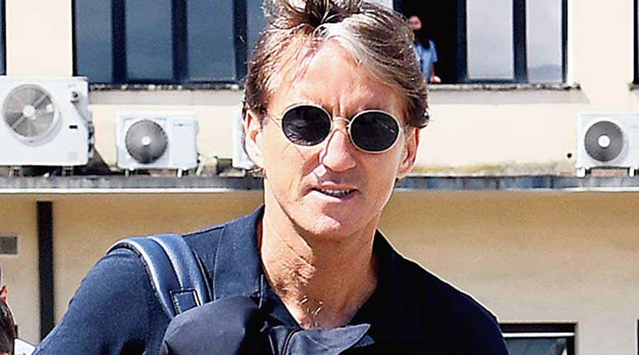 El entrenador de Italia, Roberto Mancini, sale el lunes del aeropuerto de Florencia hacia Londres.