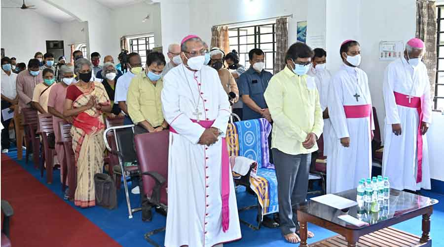 Chief minister Hemant Soren with leaders of Church and rights activists observes a two minute silence to pay tribute to father Stan Swamy on Thursday.