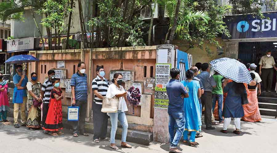 Long queues at the SBI branch in Bansdroni.