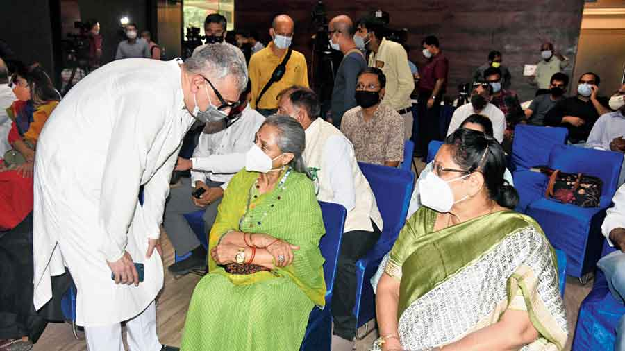 (From left) Trinamul Rajya Sabha member Derek O'Brien speaks to his counterpart from Samajwadi Party, Jaya Bachchan, as Trinamul MP Mala Roy looks on, at the Martyrs' Day event at the Constitution Club in Delhi on Wednesday.