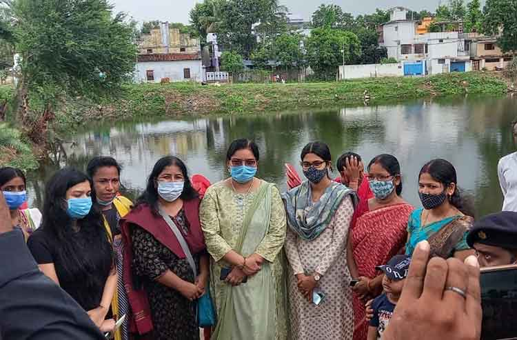 Women along with Medininagar municipal corporation commissioner Sameera S ( third from right) at the plantation drive around the pond on Saturday in Daltonganj