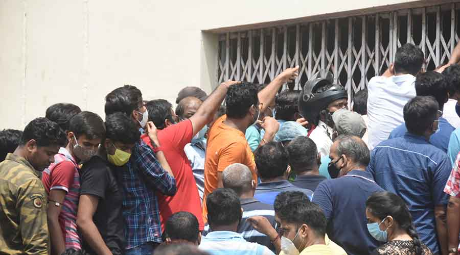 Agitated crowd try to enter the vaccination centre at SNMCH's PG Block in Saraidhela, Dhanbad on Sunday.