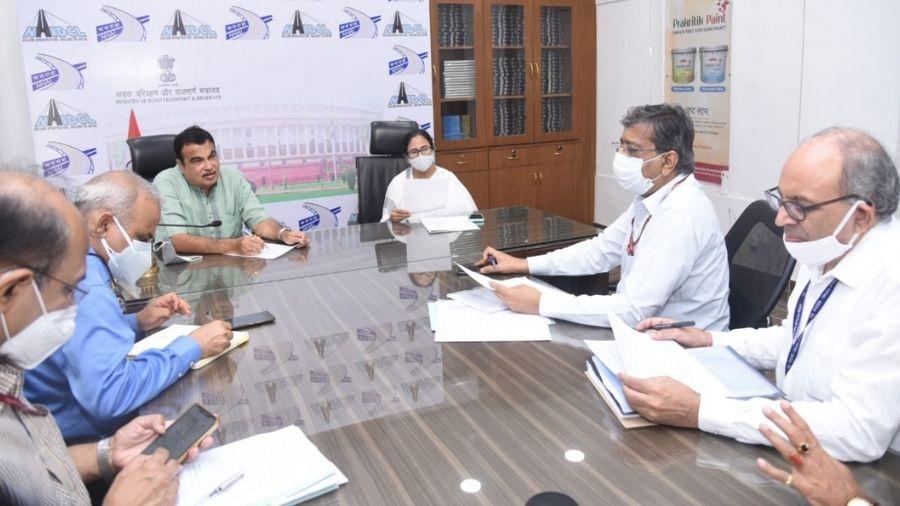 Nitin Gadkari in a meeting with Bengal CM Mamata Banerjee