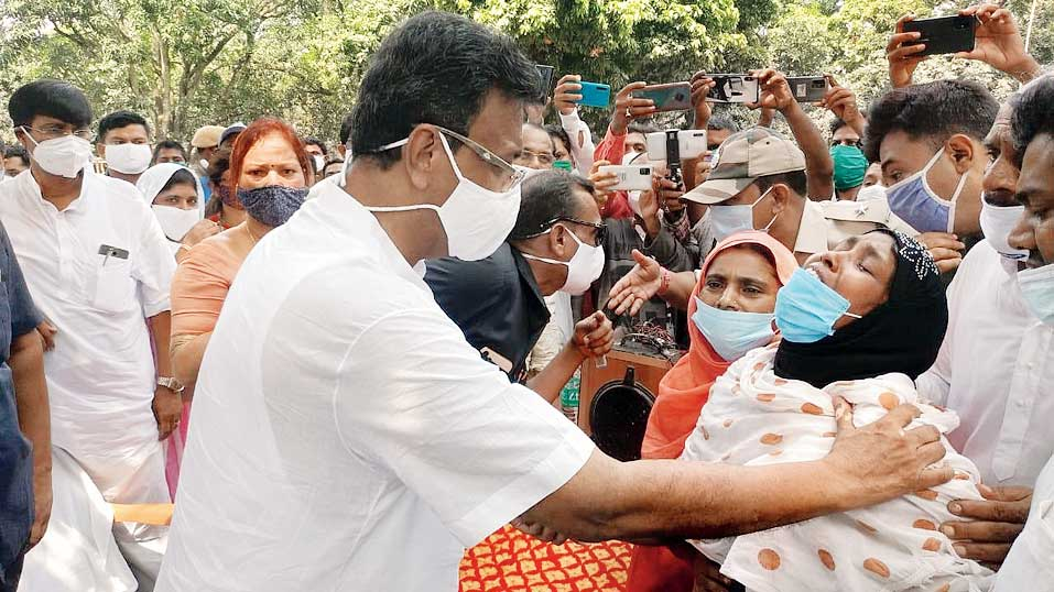 Minister Firhad Hakim consoles a bereaved relative in Kaliachak, Malda, on Wednesday.