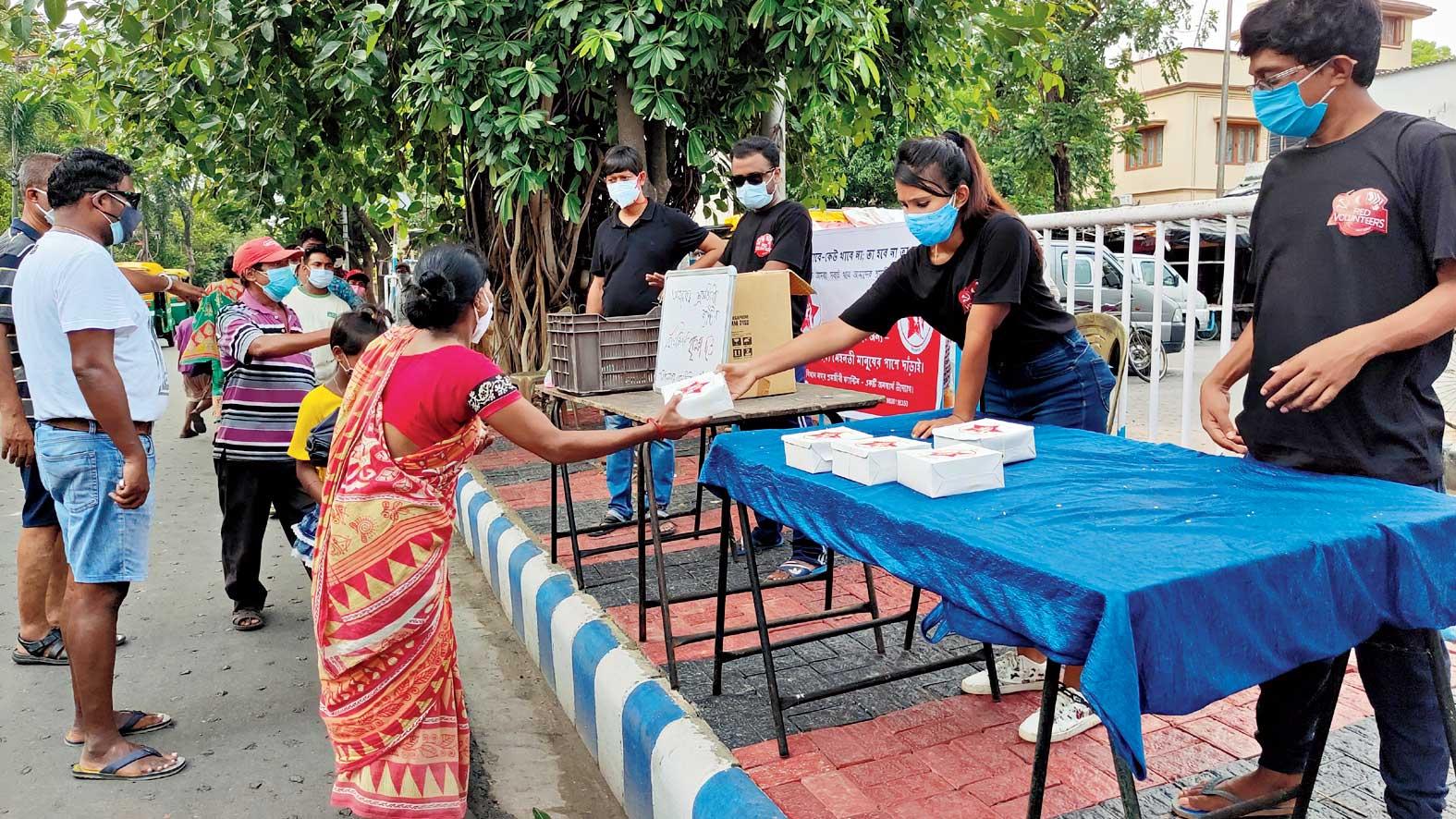 Bidhannagar Shramjibi Canteen volunteers serve lunch at Route 206 bus terminus in AJ Block.