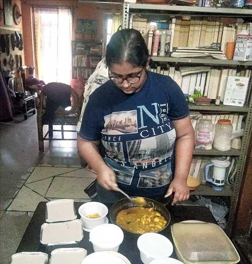 Swechcha Dhara Dasgupta packs food for Covid patients