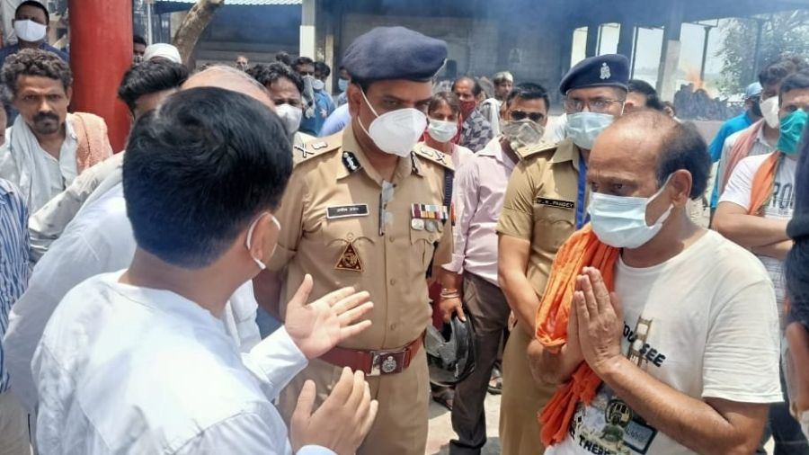 Kanpur District Magistrate and Police Commissioner visit Vandana Mishra's family during her funeral on Saturday.