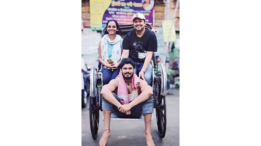 Director Ram Kamal Mukherjee (in black tee) with actor Avinash Dwivedi and cinematographer Modhura Palit on the sets of Rickshawala
