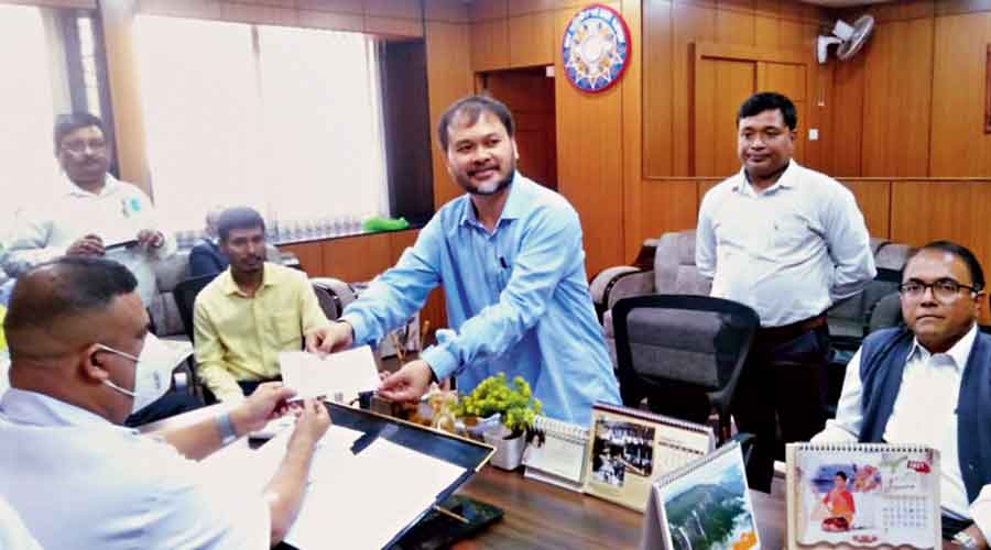 Akhil Gogoi submits the oath of allegiance to the GMCH superintendent in Guwahation Monday afternoon.