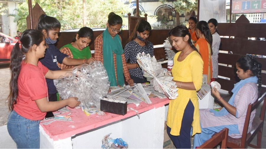 Students of Dhanbad's SSLNT women's college make products of out of plastic waste.
