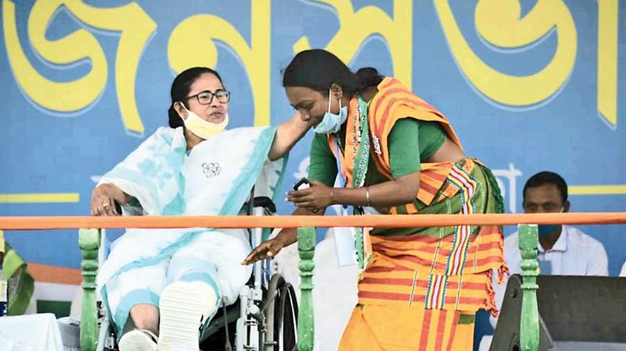 Mamata corners Modi on Covid jab promise