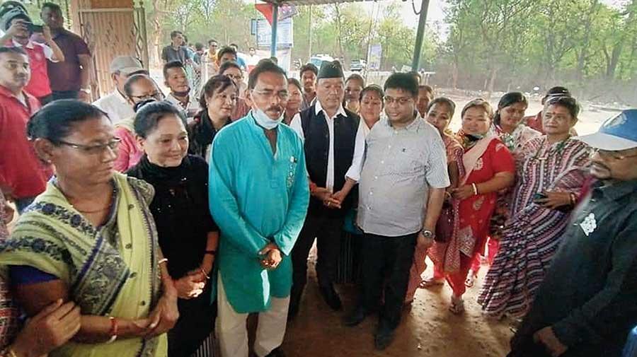 Gorkha Janmukti Morcha leaders Bimal Gurung and Roshan Giri campaign at a temple